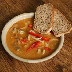 Žampiónový guláš patří mezi dietní jídla, která nejen zasytí, ale dodají nám i energii. Pokud je chcete přidat do svého jídelníčku a chcete aby vše splňovala, doporučuji ji je připravit jako guláš. Thai Red Curry, Ethnic Recipes, Food, Meals, Yemek, Eten