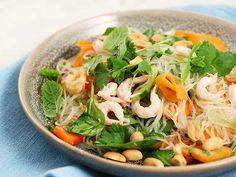 Nudelsallad med räkor Japchae, Noodles, Soup, Fruit, Ethnic Recipes, Chicken, Meat, Cilantro, Macaroni