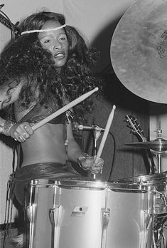 Chaka Khan On Drums American singer-songwriter and drummer Chaka Khan performing with American funk band Rufus at a record launch party in London, February (Photo by Michael Putland/Getty Images) Female Drummer, Female Singers, Music Icon, Soul Music, Afro, Funk Bands, Chaka Khan, Vintage Black Glamour, Black Star
