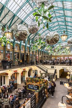 Christmas decorations in Covent Garden, London. This is one of the best places to go in London durin London Winter, London Christmas, Rio Tamesis, Places To Travel, Places To Visit, Highgate Cemetery, Magic Garden, Olive Garden, Garden Route