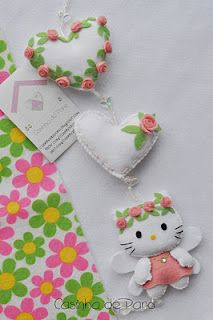 Felt Mobile Hello Kitty So adorable! Felt Crafts Diy, Fabric Crafts, Sewing Crafts, Sewing Projects, Felt Mobile, Felt Cat, Felt Fabric, Felt Hearts, Felt Dolls