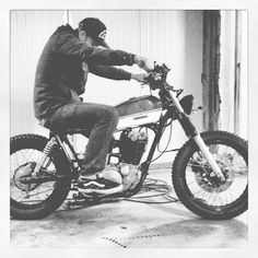 nils figuring out a good position on his #yamaha #sr500 project. Had no time to go on workin' on her. But time Has Come now. Tank's Not mounted perfectly and headlight/exhaust and seat still in work. Hell yeah! #flowstyle #build #tracker #custom...