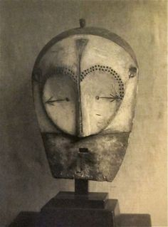 Fang Mask, Central Gabon (1920s) photographed by Paris-based American Modernist artist Man Ray (1890-1976). via mondoblogo
