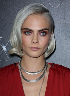 30 Short Bob Hairstyles Ideas in Dark Bob with Copper and Golden Blonde Highlights Balayage hair color really pops when you opt for warm-toned copper and gold highlights. Layered Bob Haircuts, Short Pixie Haircuts, Short Bob Hairstyles, Hairstyles 2018, Hot Hair Styles, Curly Hair Styles, Cut Her Hair, Hair Cuts, Cara Delevingne Haar