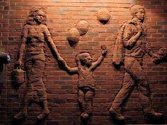 Un recorrido por el condado de Rockingham debe incluir una muestra de su fascinante arte público y esculturas. Brad Spencer diseña paredes y formas de ladrillos de construcciones tradicionales, esc... Stone Sculpture, Sculpture Clay, Wall Sculptures, Retail Architecture, Brick Architecture, Brick Cladding, Brick Art, Funny Paintings, Brick Design
