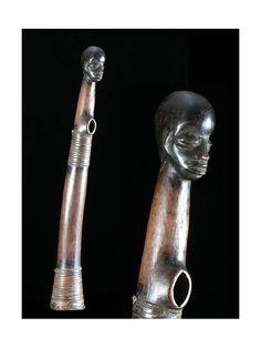 """Trompe rituelle, de chasse ou d'appel pour la guerre. L'usage de trompes est assez répandu en Afrique, jusque chez les Kongo qui ont produit les plus prestigieuses en Ivoire. Un livreest consacré au sujet : """"Ivoires d'Afrique"""", catalogue d'une exposition du Musée Branly en 2008."""