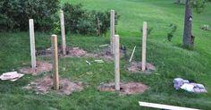 Pappan trycker ner 6 stolpar i marken. Nästa steg? Detta blir perfekt i sommar.