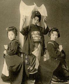 "History ImageさんはTwitterを使っています: ""日本の少女3人組、1900年と現在 Three young Japanese girls 1900 and Now @BABYMETAL_JAPAN"