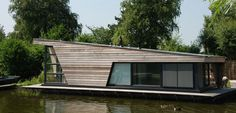 Prefab house / contemporary / two floor / energy-efficient Floating Architecture, Modern Architecture, Houseboat Living, Water House, Floating House, Unusual Homes, Boat Design, Prefab Homes, Interior Exterior