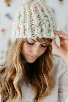 Free hat pattern alert! This adorable beginner hat pattern calls for just 1 skein of our handspun Daisy Chain yarn! Save this pin and click through our website for more details! Free knitting patterns, free hat patterns, easy knit hat patterns, boho knit hat patterns, knitting patterns for beginners, chunky yarn projects, bulky yarn, 1 skein hat patterns, one skein hats, knit beanie, #freeknittingpatterns, #hatpatterns,