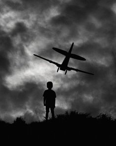 Black & White Storytelling Silhouettes by Hengki Lee. Great examples to show the kids for a silhouette lesson. Light And Shadow Photography, Black And White Photography, Silhouette Photography, Art Photography, Airplane Photography, Magnum Fotografie, Shadow Silhouette, Photo Portrait, Black And White Pictures