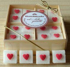 *32 süsse Herzchen auf einem Würfelzucker!*Machen Sie Ihre Feier einzigartig!*     Verpackt sind die Würfel in einer hochwertigen Schachtel, welche auch sehr gut verschenkt werden kann.