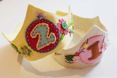 HeidiandFinn modern wears for kids: Birthday Crown Tutorial - and free pattern with step by step pics Felt Diy, Handmade Felt, Felt Crafts, Baby Crafts, Kids Crafts, Diy Flower Crown, Diy Crown, Diy Birthday Crown, Birthday Crowns