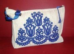 Irásos női táska Hungarian Embroidery, Folk Embroidery, Hand Embroidery Patterns, Folk Fashion, Beehive, Mantra, Folk Art, Needlework, Diaper Bag