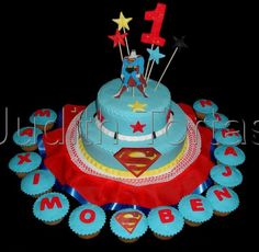 Torta y ponquesitos decorados con fondant. Superman.