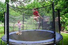 下载 - 在蹦床上的两个快乐姐妹 — 图库图片#48997953