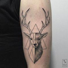 L'artiste espagnole Marla Moon réalise des tatouages mêlant la rigueur des figures géométriques à la délicatesse des motifs naturels.