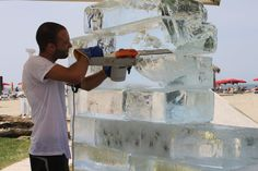 Con la motosega si trasforma il muro di ghiaccio in un'onda anomala