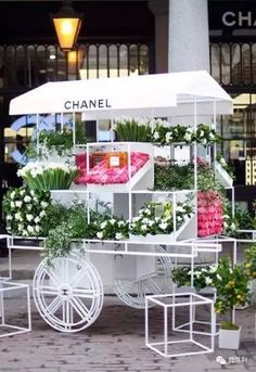 A match made in heaven, beautiful hand tied flower bouquets by one of our favorite beauty brands, the Chanel flower stall opens for three days in Covent Garden on Friday, just in time for Mother's Day on Sunday Kiosk Design, Booth Design, Retail Design, Store Design, Flower Truck, Flower Cart, Chanel Flower, Decoration Vitrine, Pop Up Shops