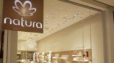 Natura abre primeira loja física em São Paulo The Body Shop, Avon, New Market, Chandelier, Neon Signs, Ceiling Lights, Lighting, Design, Home Decor