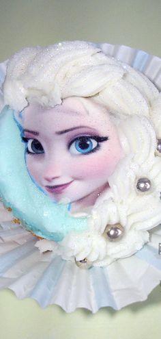 Cupcake with Elsa's Face Topper Disney Frozen Cupcakes, Bolo Frozen, Frozen Theme, Disney Cakes, Frozen Birthday Party, Frozen Party, Birthday Cakes, Cupcake Toppers, Cupcake Cakes