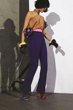 Peças em cores bem vibrantes tem um mix interessante que passa do trench coat à calça de jogging.