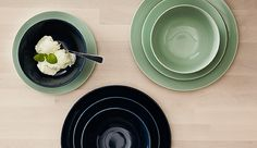 FÄRGRIK is a modern dinner set with two kinds of plates and a bowl in user-friendly, basic shapes. The dark blue and pale green hues are easy to coordinate and make the food's own colors pop.