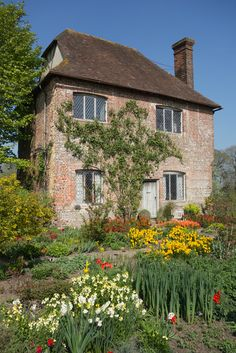 sissinghurst-castle-garden (via Gardener's cottage | by Bob Fosbury | Flickr)