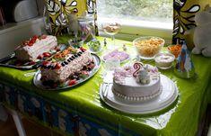 Jokainen suomalainen lapsi tietää muumin. Niinpä kaksi vuotiaan tyttäreni syntymäpäivä kakku ja syntymäpäivä teema oli muumit. Ystäväni sisko teki muumikakun ihanilla kukilla! Tyttäreni rakasti sitä! Every Finnish child knows the Moomin. So my two year old daughter's birthday cake and birthday theme was moomins. My friend's sister made a moomin cake with lovely flowers! My daughter loved it! Peonies, Party, Desserts, Food, Tailgate Desserts, Deserts, Essen, Parties, Postres