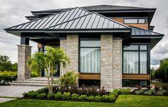 Voici une maison aux fenêtres Fabelta en aluminium noires de type battant. Un style contemporain décrivant l'élégance de la demeure. House with black aluminum casement windows. A contemporary style that describes the elegance of the house.