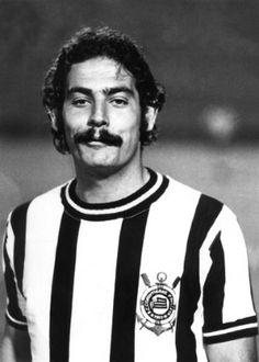 Foto de Rivellino em 1972, com a versão listrada da camisa do Corinthians que será usada novamente