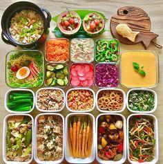 (❁︎´ω`❁︎) こんばんは 今週の作り置き 土曜日常備菜たちです ❁ ❁ ❁ 左上から •残り稲荷と鶏ひき肉の混ぜごはん •サイダーでフルーツポンチ •鯛焼き •ラーメンサラダ •塩もみ人参 •カニかま入りポテサラ •カリカリ梅とゴーヤのナムル •オイキムチ •さっぽろ赤かぶの甘酢漬け •紫キャベツとドライパインのサラダ •マンゴープリン •オクラの浅漬け •炒り豆腐 •レンチンスモークサーモンと コーンの塩胡椒和え •蓮根の甘辛炒め •人参の葉とツナのオイマヨサラダ •厚揚げ入り肉野菜甜麺醤炒め •麻婆豆腐 •葉つき人参の胡麻醤油ナムル •酢豚 •青椒肉絲 ❁ ❁ ❁ 右上の… 食べ物ではないあれは… 先日、実家の母からもらったもの。 30年程前に使っていた 鍋敷きだって 可愛いからお鍋ないけど置いてみた その上に次女が焼いた 鯛焼きも置いてみた ❁ ❁ ❁ メニューに さっぽろ赤かぶとありますが どう見ても大きいラディッシュなのに 八百屋さんのおばあちゃんが 『さっぽろ赤かぶ‼️』って言うから そのまま書きました ❁ ❁ ❁ おばあちゃ...