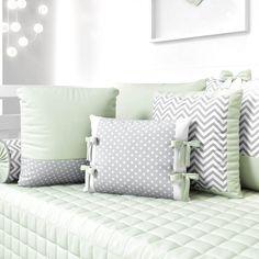 As almofadas decorativas da Coleção Amiguinhos Verde são puro estilo! Além da tonalidade moderna, os acessórios trazem o mix das estampas poá e chevron, em tons de verde, branco e cinza. #quartodebebe #amiguinhos #graodegente #almofadas Baby Bedroom, Baby Boy Rooms, Baby Room Decor, Nursery Room, Tie Pillows, Cushions, Cot Bedding, Bedding Sets, Cool Baby Stuff