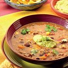 Mexicaanse bonensoep met tortillachips en avocado