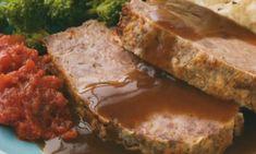 Pastel en forma de rollo de carne con salsa gravy