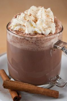 Creamy hot chocolate with cinnamon-Cremige heiße Schokolade mit Zimt Creamy hot chocolate with cinnamon – coffee & cupcakes - Chocolate Caliente, Hot Chocolate, Coffee Cupcakes, Cinnamon Coffee, Winter Drinks, Smoothie Recipes, Smoothies, Drink Recipes, Crockpot Recipes