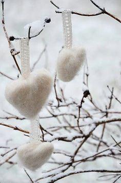 Christmas- needle felt hearts for xmas decor Yule, Winter Christmas, Christmas Time, Vintage Christmas, Christmas Decorations, Christmas Ornaments, White Ornaments, Christmas Crafts, Reno