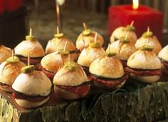 """Este <a href=""""http://mdemulher.abril.com.br/culinaria/receitas/receita-de-minisanduiche-599447.shtml"""" target=""""_blank"""">minissanduíche</a> tem recheio de rosbife, picles e um toque especial de geleia de pimenta. Vá para a cozinha e <a href=""""http://mdemulher"""