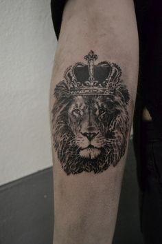 tatouage king lion par stephane bueno tatoueur studio black corner tattoo valence #tattoo #tattoos #tattooed #tattooart #tattooariste #ink #inked #king #lion #sleeve #realistictattoo #art ##artist #artwork