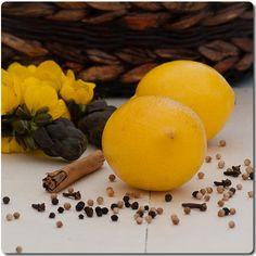 Estos limones confitados a la sal consiste en la preservación de limones con sal y especias. La maceración produce un cambio ablandando la cáscara de los limones y trasformando el sabor amargo, en un sabor y un aroma magnífico de frescura.