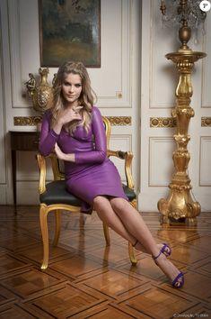 Isabella Santoni apostou em vestido de couro roxo e sandálias no mesmo tom para o lançamento da série 'Ligações Perigosas', nesta quarta-feira, 16 de dezembro de 2015