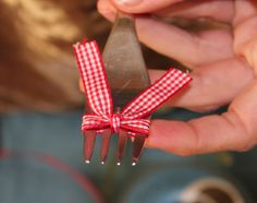 TUTORIAL: How to make perfect little bows with a fork. Origami, Present Wrapping, Crochet Doll Clothes, Bow Tutorial, Little Bow, Love Sewing, Ribbon Bows, Ribbons, Hair Bows