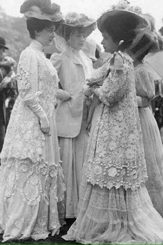 Edwardian Gowns, Edwardian Clothing, Edwardian Fashion, Historical Clothing, Vintage Fashion, Vintage Photos Women, Vintage Ladies, Vintage Photographs, Vintage Dresses