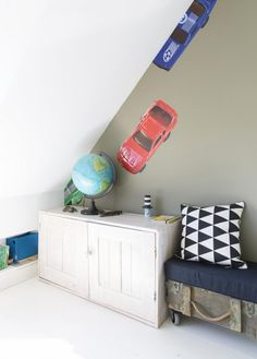 Cool corner in a real boy's room with car print wallpaper | Styling & Text Barbara Natzijl | Photographer Margriet Hoekstra | vtwonen June 2015