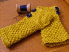 Fall wrist warmers (free pattern) Knitted flat, sew the seam leaving opening for thumb. Mitones con botones, patrón gratis.