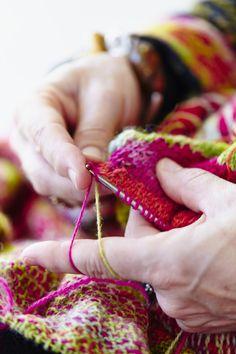 Farger gjør meg glad, sier Danmarks strikkedronning