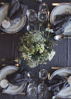 Soft textiles in linen and a summer bouquet are all that is needed for a nice dinner table! Dinner Party Table, Reception Table Decorations, Backless Bar Stools, Kitchen Time, Buying A New Home, Fall Table, Deco Table, Tablescapes, Table Settings