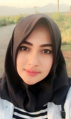 Girl in Hijab Beautiful Iranian Women, Most Beautiful Women, Beautiful Hijab Girl, Beautiful Asian Girls, Salma Hayek Pictures, Muslim Beauty, Girl Hijab, Muslim Girls, Covergirl
