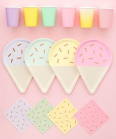 Ice cream party plates with sprinkles on top. Spongebob Birthday Party, 4th Birthday Parties, 2nd Birthday, Birthday Ideas, Dessert Party, Candy Party, Dessert Table, Pastell Party, Gelato Ice Cream