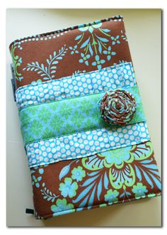 A Time for Everything: Handmade fabric Bible cover idea. Not pattern. Sewing Hacks, Sewing Tutorials, Sewing Crafts, Sewing Projects, Sewing Patterns, Cute Bibles, Fabric Book Covers, Bible Covers, Fabric Journals